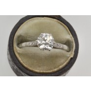 ANTIQUE PLATINUM SET SINGLE STONE DIAMOND RING