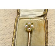 ANTIQUE 18CT SEED PEARL AND PERIDOT TIE PIN